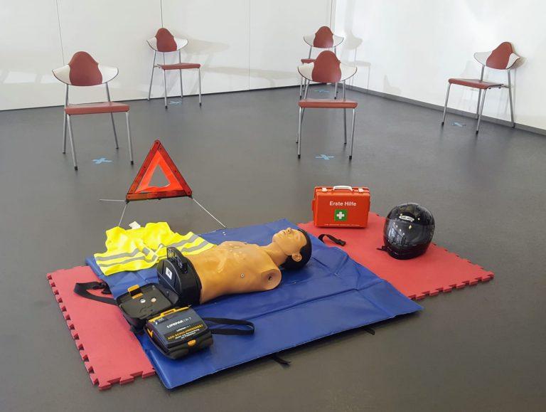 Kursraum mit Erste Hilfe Equipment